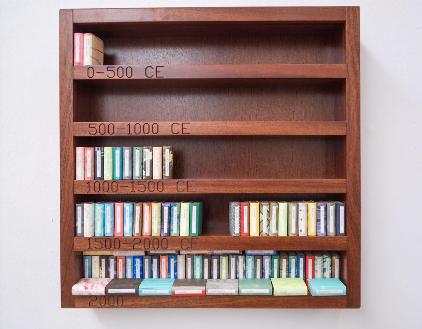 """רות שרייבר, מתקדמים סוף סוף: כוננית הספרים שלי, 2016. 60×60×10 ס""""מ. עץ ונייר. אוסף האמנית"""