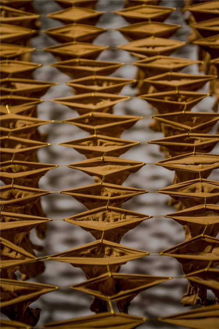 """חנאן אבו־חוסיין, """"ג'סדי מלקי וליסא מלק אחד"""" [=הגוף שלי ולא שייך לאף אחד], 2019. מיצב גרבי ניילון. צילום: שי הלוי. אוסף האמנית"""